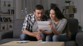Häpna par som mottar goda nyheter på en bokstav stock video
