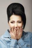 Häpnad. Häpna kvinnainnehavhänder som ska vändas mot i överraskning. Positiva sinnesrörelser Royaltyfria Foton