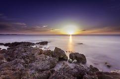 Häpnadsväckande marin- solnedgångfoto royaltyfri illustrationer