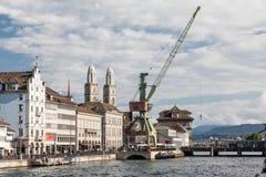 Härbärgera kranen och Grossmünster torn i Zürich, Schweiz arkivfoto