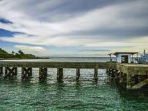 Härbärgera med det idylliska havet och härlig himmel på ön, royaltyfri fotografi