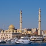 Härbärgera med fartyg och moskén på Hurghada på Röda havet i Egypten Fotografering för Bildbyråer