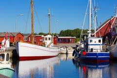 Härbärgera med fiskebåtar på norden av Danmark Arkivfoton
