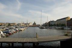 Härbärgera med segelbåtar och den Uspensky domkyrkan i baksidan, Helsingfors - Finland Royaltyfria Bilder