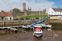 Härbärgera med skepp och horisont med domkyrkan St Andrews, Skottland royaltyfri fotografi