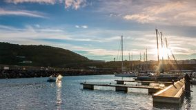 Härbärgera solnedgången i Azoresna, den Terceira ön, RÅ video för magisk lykta stock video