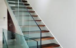 Härdad glass balustrad i hus Arkivbilder