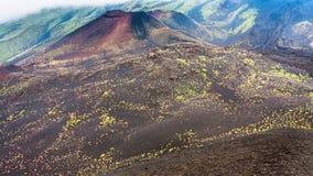 Härdade lavafält och krater på Mount Etna Royaltyfri Bild