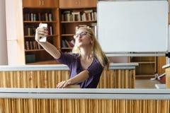 Härlig älskvärd flicka som tar Selfie med Smartphone Royaltyfri Foto