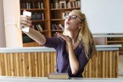 Härlig älskvärd flicka som tar Selfie med Smartphone Arkivbild