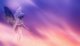 Härlig ängel i panorama- veiw för himmel arkivfoto