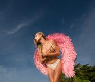 Härlig ängelkvinna med rosa vingar Royaltyfria Bilder