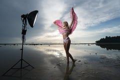 Härlig ängelkvinna med rosa vingar royaltyfri bild