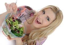 härlig äta grön salladgrönsakkvinna Royaltyfria Bilder