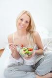 härlig äta grön salladkvinna Royaltyfria Foton