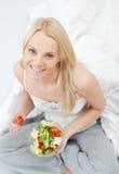 härlig äta grön salladkvinna Arkivbilder
