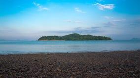 Härlig ö som ses från Koh Lanta, Thailand Arkivfoto