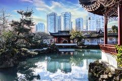 Härlig österlänningträdgård/tempel med en fantastisk himmel Kinesiskt nytt år/festival royaltyfri foto