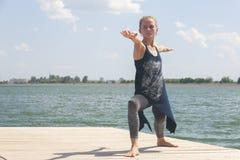 Härlig övande yoga för ung kvinna utomhus i morgon arkivfoton