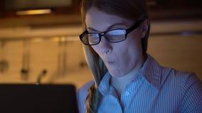Härlig överansträngd trött affärskvinna som arbetar på bärbara datorn på natten Aftonkök äta för chiper stock video