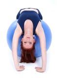 härlig övningsflicka för tillbaka boll över den tonårs- elasticiteten Royaltyfri Fotografi