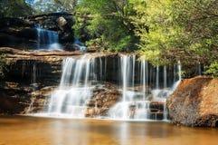 Härlig övrerad av Wentworth Falls på den guld- timmen Royaltyfri Bild
