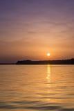 Härlig abstrakt färgrik solnedgång på Danubet River Arkivbild
