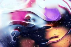 Härlig abstrakt utrymmebakgrund, blandade droppar och vatten och olja royaltyfria bilder