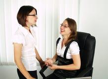 härlig affär som talar två kvinnor Royaltyfri Fotografi