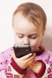 Härlig affärsbarnflicka som talar på telefonen Humoristiskt P royaltyfri bild