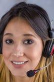 härlig affärshörlurar med mikrofon för bakgrund över den vita kvinnan Fotografering för Bildbyråer