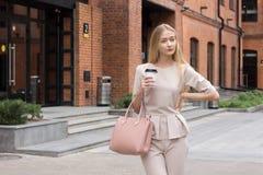 Härlig affärskvinna i beige dräkt Fotografering för Bildbyråer