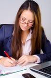Härlig affärskvinna i hennes kontor. Arkivbilder