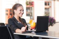 Härlig affärskvinna i kafé Arkivfoto