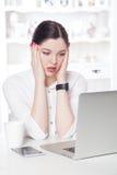 Härlig affärskvinna i kontoret arkivbild