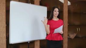 Härlig affärskvinna i mötesrummet, närbild arkivfilmer