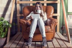 Härlig affärskvinna i nya kontor under konstruktion Royaltyfria Bilder