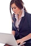 Härlig affärskvinna med bärbar dator Arkivbilder