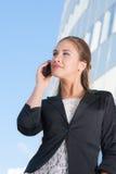 Härlig affärskvinna med mobiltelefonen Fotografering för Bildbyråer