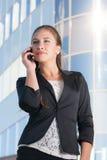 Härlig affärskvinna med mobiltelefonen Royaltyfri Foto