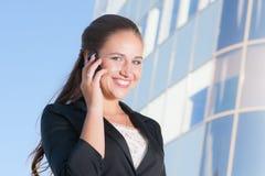Härlig affärskvinna med mobiltelefonen Arkivbild