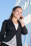 Härlig affärskvinna med mobiltelefonen Arkivfoto
