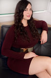 Härlig affärskvinna plus den positiv formatmodellen som är säker och Royaltyfria Bilder