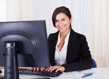 Härlig affärskvinna som arbetar på hennes dator Arkivbilder
