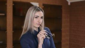 Härlig affärskvinna som håller exponeringsglas i hand lager videofilmer