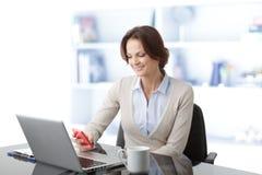 Härlig affärskvinna som har en telefonkonversation Royaltyfria Bilder