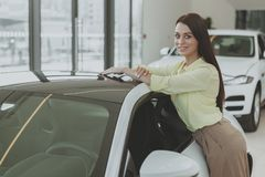 Härlig affärskvinna som köper den nya bilen fotografering för bildbyråer