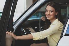 Härlig affärskvinna som köper den nya bilen royaltyfri fotografi