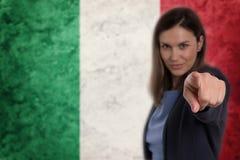 Härlig affärskvinna som pekar hennes finger på dig italiensk flagga Royaltyfria Foton