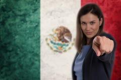 Härlig affärskvinna som pekar hennes finger på dig mexicansk flagga Royaltyfri Fotografi